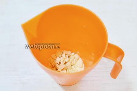 Готовим «Зеркальную глазурь». Начнём с желатина (12 г). Замачиваем в ледяной воде (72 г). Хорошо, если у вас есть листовой желатин, с ним проще работать! Сразу приготовим кувшин, в который выкладываем вниз сгущёнку (100 г), на сгущёнку — мелко порубленный белый шоколад (150 г).