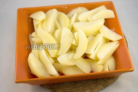 Выложите горячий картофель в форму для запекания, смазанную сливочным маслом. Долейте остаток «картофельной» воды в форму.
