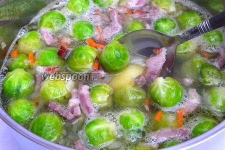 Варим с закрытой крышкой 15 минут. Если картошка в вашем супе мучнистого сорта и кусочки слегка развалились при варке — это очень хорошо, суп уже достиг нужной консистенции. На этом выключайте огонь и приправляйте солью и перцем по вкусу. Суп практически готов. Если картофель, как в моём случае, не разваривающегося сорта, то можно кое-что предпринять, чтобы несколько загустить суп. А именно — часть картофеля вынимаем и откладываем на тарелку.