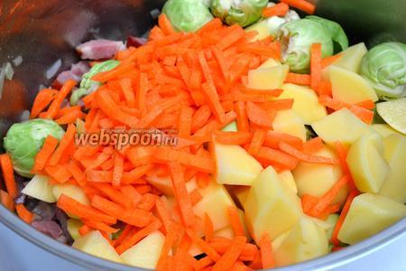 Теперь добавляем остальные овощи, перемешиваем.