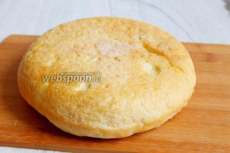Когда сигнал прозвучит, достаём хлеб и перевернём его, так так верх ещё белый. И ставим дальше на этом же режиме на 20 минут. Вот и всё, наш хлеб готов. Приятного аппетита.