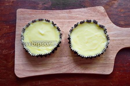 Выпекать чизкейки при 180°С, около 20-25 минут, серединка десерта должна слегка колыхаться. Остудить полностью.