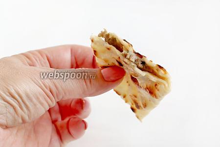 Не могу передать, как это вкусно, сочно, обалденно. Тесто тоненькое, а сам кутаб, как блинчик, можно свернуть в трубочку.