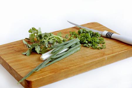 Отдельно нарезать зелёный лук и петрушку, добавить в фарш.