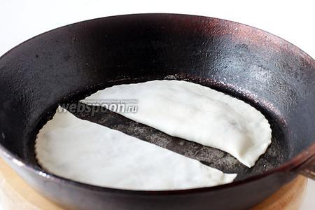 Обычно, для обжаривания кутабов, применяют сковороду садж, но за неимением таковой, обжарим на обычной чугунной сковородке. Именно для таких целей я и держу дома старую чугунную сковородку. Сначала сковороду нужно хорошо разогреть на огне, затем выложить кутабы. Можно даже закрыть всё крышкой. Жарить с каждой стороны, примерно, по 2-3 минуты, на среднем огне.