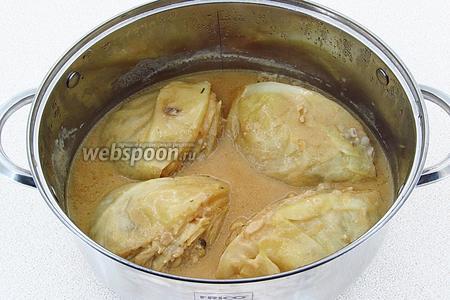 Тушить «голубцы» под крышкой до мягкости капусты.