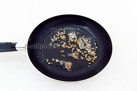 Выложить сало на сковороду и обжарить так, чтобы шкварки предельно вытопились.