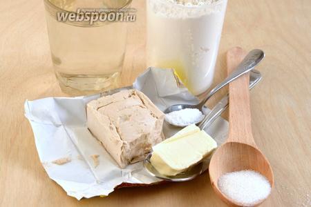Подготовьте необходимые ингредиенты для приготовления теста: муку, масло, воду, дрожжи, соль и сахар. Тесто для гурули гвезели должно быть нежным и достаточно эластичным, чтобы удержать внутри расплавленный сыр, поэтому используйте муку высшего сорта, подходящую для сдобных изделий.