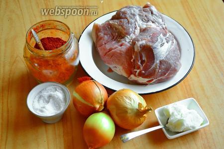 Для пёркёльта из свинины взять мякоть свинины, соль, паприку сладкую, лук репчатый и свиной жир (смалец).