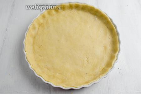 Раскатать тесто в круг и выложить в предварительно смазанную маслом круглую форму, диаметром 24 см, покрыв стенки и дно формы. Поставить форму с тестом в холодильник на 20 минут.