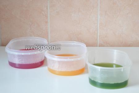 Выливаем в формы и отправляем в холодильник на 2-3 часа масса должна хорошо застыть, чтобы в дальнейшем хорошо резалась и не тянулась за лезвием ножа.