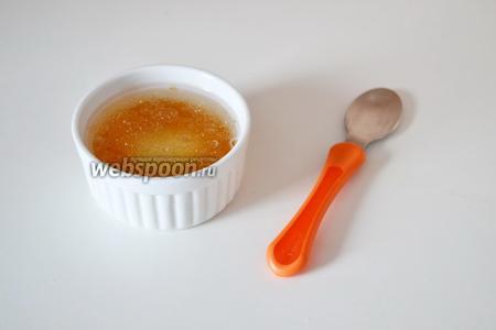 Желатин заливаем остывшей кипячёной водой (50 мл) и даём 10-15 минут для набухания.