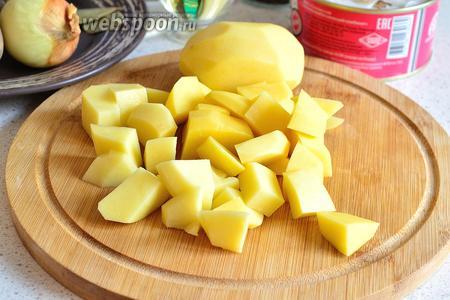 Картофель чистим, моем и нарезаем крупным кубиком.