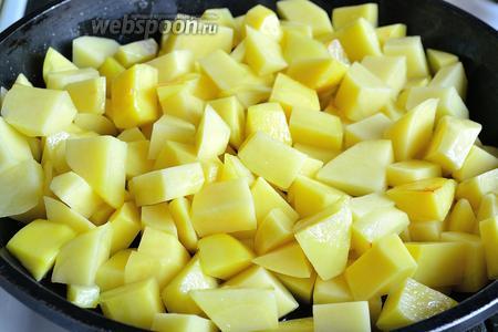 Обжариваем в сковороде на растительном масле минут 10-15, без крышки на среднем огне (чуть меньше). Периодически перемешиваем.