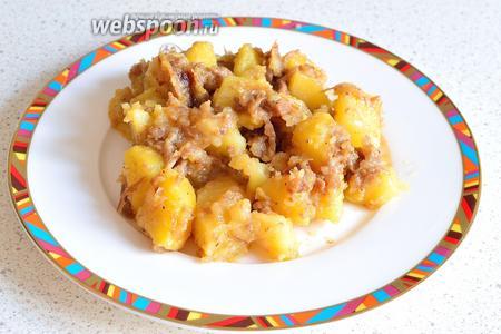 Вот и всё, вкусная картошечка с тушёнкой готова. Кушать подано.