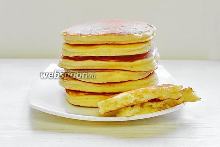 Готовые панкейки выкладываем на блюдо. И тёплыми подаём с мёдом, вареньем или с каким-нибудь фруктовым соусом, манговым например, как у автора. Приятного вам завтрака и удачного дня!!!