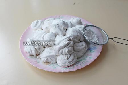 По истечении времени соединить зефиринки, присыпать сахарной пудрой. Приятного чаепития!!