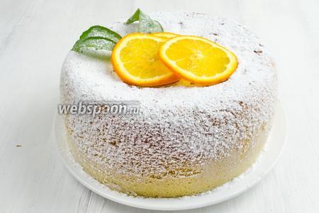 Остывшую шарлотку посыпать сахарной пудрой. Украсить дольками апельсина. Подавать к чаю.