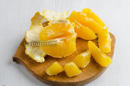 Апельсины вымыть, очистить от кожуры, разделив на дольки. Если есть необходимость, удалить косточки.