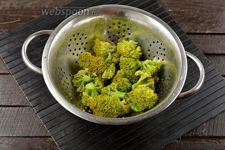 Брокколи (250 г) отварить в подсоленной воде 5 минут. Откинуть на дуршлаг и дать стечь воде.