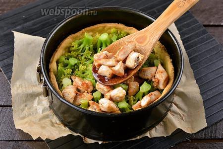 Заполнить «чашу» из подпечённого теста брокколи и куриным филе.