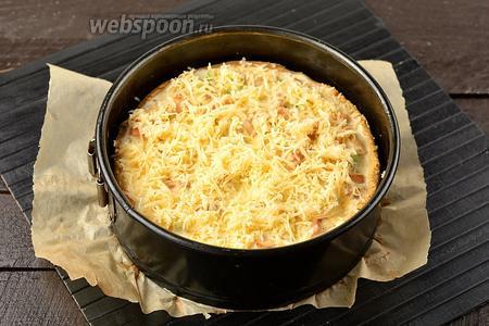 Залить сметанной заливкой. Сверху равномерно выложить остальной сыр (30 г).