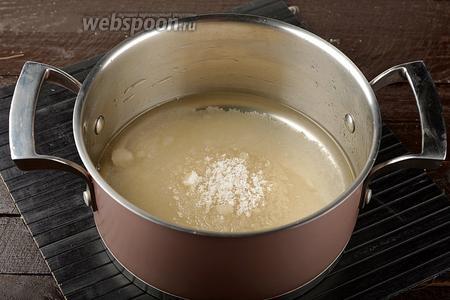 Приготовим сироп. Для приготовления сиропа соединить сахар (500 г) и воду (200 мл). Довести до кипения и проварить 2 минуты.