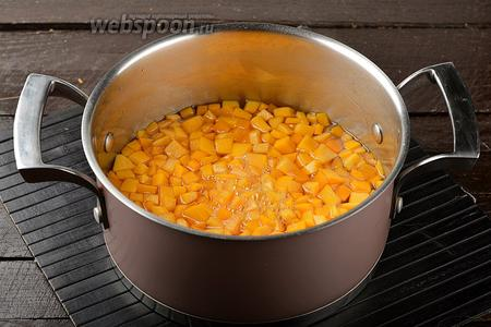 Опустить кубики тыквы в кипящий сироп. Снять с огня и оставить на 12 часов.