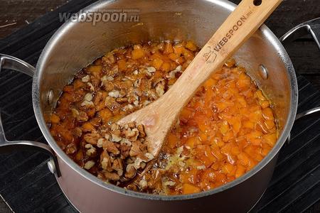 В конце добавить нарезанные грецкие орехи (50 г), лимонную кислоту (0,25 ч. л.), мускатный орех (0,25 ч. л.). Довести до кипения и проварить 5 минут.