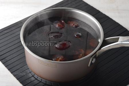 Опустить подготовленные сливы (500 г) в горячую воду (80°С) и пробланшировать 3 минуты.