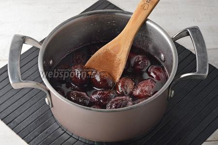 В последний раз добавить к сливам корицу (0,5 ч. л.). Довести до кипения и готовить на медленном огне 10-15 минут (время будет зависеть от желаемой густоты сиропа).