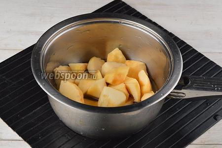 2 яблока очистить от кожуры и сердцевины. Нарезать кусочками. Поместить подготовленные яблоки вместе с водой (50 мл) в кастрюлю.