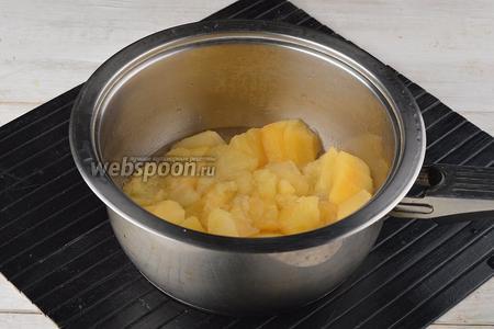 Довести до кипения, огонь убавить и готовить под крышкой до мягкости яблок (3-4 минуты).