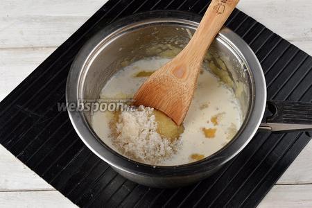 Добавить сахар (1 ст. л.), сливки (50 мл). Довести до кипения, помешивая, и проварить 2 минуты.