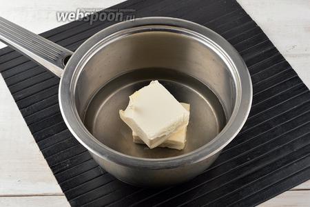 В кастрюле соединить воду (250 мл) и сливочное масло (100 г). Нагревать, пока масло не растает. Затем быстро довести до кипения.