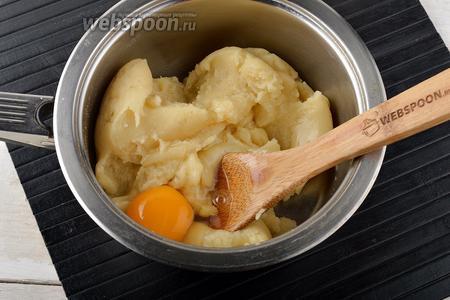 Снять с огня. Подождать 1-2 минуты, чтобы тесто немного остыло, и по одному добавлять 4 яйца, хорошо вмешивая их в тесто. Добавлять следующее яйцо только после того, как полностью вмешается предыдущее.