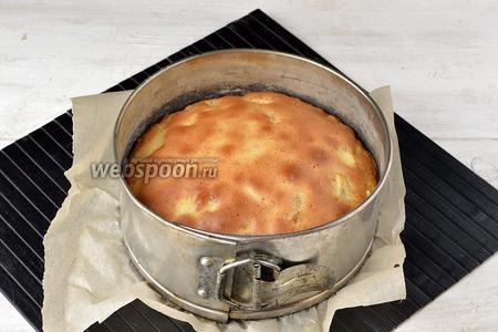 Готовить в предварительно разогретой до 180°С духовке приблизительно 40 минут (до сухой лучинки).