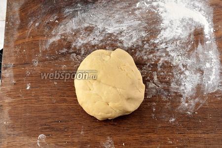 Выньте тесто и домесите его руками на доске. Вымешивайте тесто 5-6 минут. Оно должно стать пластичным.