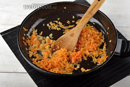 1 морковь и 1 луковицу очистить. Морковь натереть на крупной тёрке, лук нарезать кубиками. Обжарить морковь и лук до мягкости. Приправить солью (0,5 ч. л.) и чёрным молотым перцем (0,2 ч. л.). Охладить.