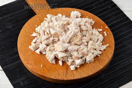 Куриное филе (350 г) отварить до готовности и нарезать мелкими кусочками.
