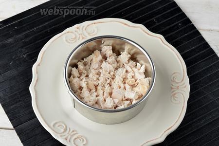 На широкую тарелку выложить кулинарное кольцо. Собрать салат слоями. Первым слоем выложить куриное филе и смазать его тонким слоем майонеза.
