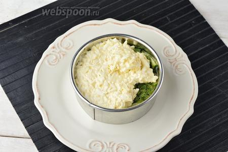На филе выложить огурцы (120 г) и посыпать их подготовленным укропом (10 г). На укроп выложить яичный слой.