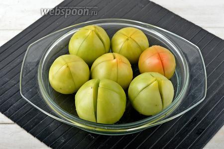 Помидоры (7 штук) вымыть. Сделать на помидорах крестообразные разрезы, не доходя до самого конца. Уложить помидоры в форму для запекания, смазанную 1 ст. л. подсолнечного масла.
