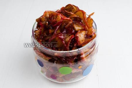 Подсушенные карамельные яблочные дольки разложить в стеклянные банки. Выход из 1 кг яблок — 250 г сухого варенья. Хранить варенье в сухом, прохладном месте. Подавать на десерт.