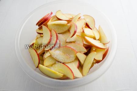 Посыпать яблочные дольки лимонной кислотой (1 ч. л.). Перемешать.