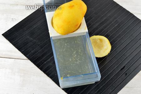 Выжать сок из половинок апельсина и лимона.