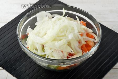 Лук (2 шт.) очистить и нарезать тонкими полукольцами. Перец (2 шт.) очистить и нарезать тонкими полосками. Зелёные помидоры (500 г) вымыть и нарезать дольками. Соединить овощи в миске.