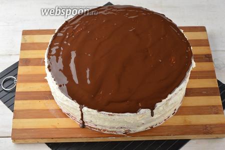 Бока торта смазать кремом. Верх торта залить растопленным шоколадом. Отправить торт в холодильник на ночь.