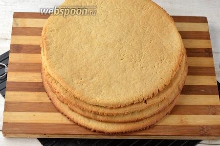 Испечь 4 коржа в предварительно разогретой до 180°С духовке. Время выпечки 1 коржа — 8-10 минут. На противень, при выпечке, под корж выкладывать пергаментную бумагу.