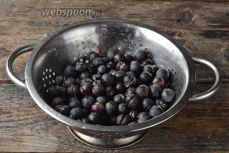 Вынуть ягоды (500 г), выложить в дуршлаг и обдать холодной водой. Дать стечь воде.